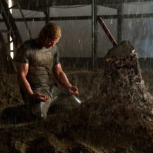 Chris Hemsworth è Thor nel film di Kenneth Branagh