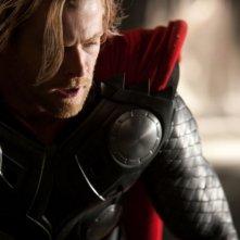 Chris Hemsworth in un primo piano del film Thor di K. Branagh