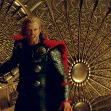 Chris Hemsworth in una sequenza del film Thor (2011)