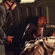 Greg Collins e Romany Malco nell'episodio No Ordinary Beginning della serie No Ordinary Family