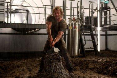Il muscoloso Chris Hemsworth in una sequenza del film Thor