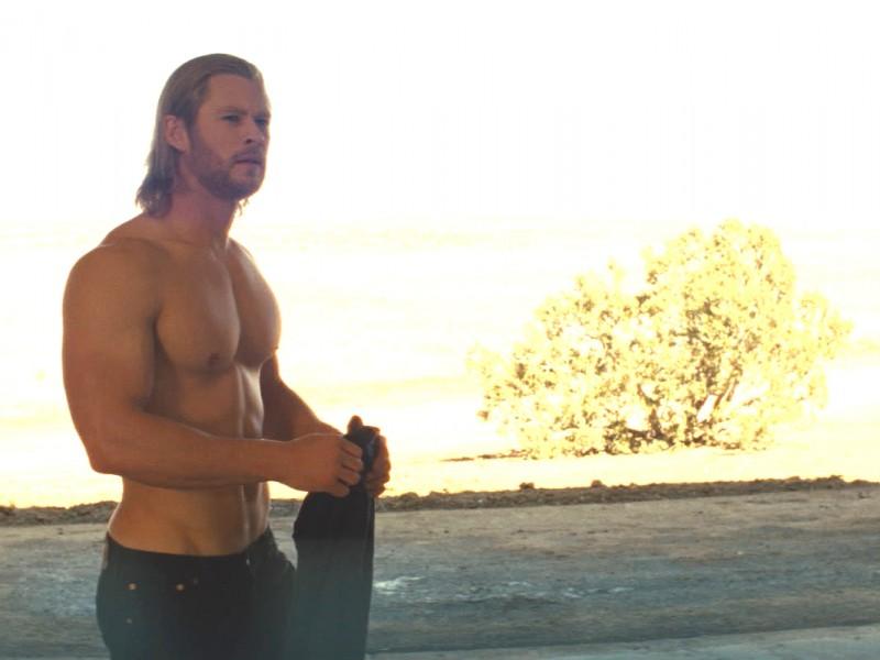 Il muscoloso Chris Hemsworth in una sequenza del film Thor di K. Branagh