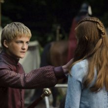 Jack Gleeson e Sophie Turner in una scena dell'episodio The Kingsroad di Game of Thrones