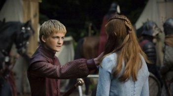 Jack Gleeson e Sophie Turner in una scena dell'episodio The Kingsroad di Game of Thrones