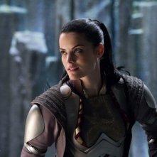 Jaimie Alexander in una sequenza di Thor.