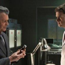 John Noble e Ryan McDonald nell'episodio 6:02 AM EST di Fringe