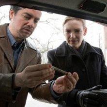 Kevin Corrigan ed Anna Torv nell'episodio The Last Sam Weiss di Fringe