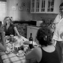Iaia Forte (in fondo) con Battiston nel film Notizie degli scavi