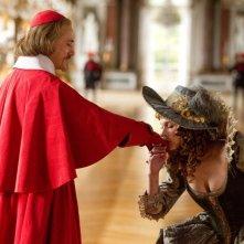 Un incontro furtivo tra Christoph Waltz e Milla Jovovich/Milady in I tre moschettieri in 3D