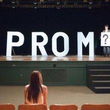 Aimee Teegarden (di spalle) e Thomas McDonell in una scena del film Prom