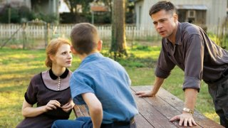 Brad Pitt e Jessica Chastain in una scena familiare di The Tree of Life