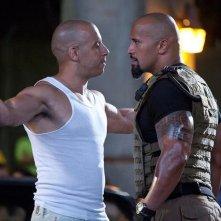 Dwayne Johnson e Vin Diesel si affrontano in una scena di Fast & Furious 5