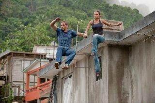 Jordana Brewster e Paul Walker  in una scena action di Fast & Furious 5