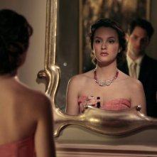 Blair (Leighton Meester) con alle spalle Ben (Penn Badgley) nell'episodio Petty in Pink di Gossip Girl