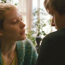 Henry Hopper (di spalle) e Mia Wasikowska in una scena di Restless