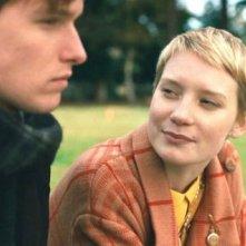 Henry Hopper e Mia Wasikowska in una scena di Restless
