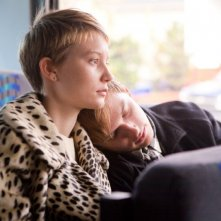 Mia Wasikowska accanto ad Henry Hopper in una sequenza del film Restless, di Van Sant