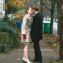 Mia Wasikowska con Henry Hopper in una sequenza del film Restless (2011)