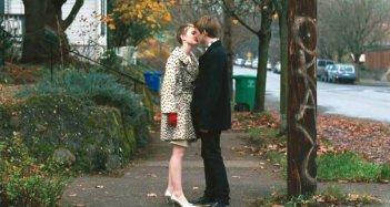 Mia Wasikowska con Henry Hopper in una sequenza del film Restless (2011)
