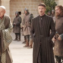 Aidan Gillen e Conleth Hill nell'episodio Lord Snow di Game of Thrones