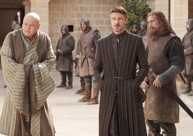 Aidan Gillen e Conleth Hill nell'episodio Lord Snow di Game of Thrones