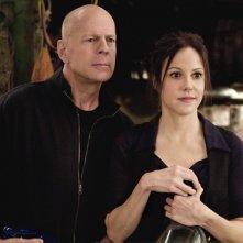 Bruce Willis e Mary-Louise Parker in una scena del film Red
