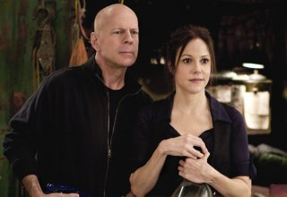 Bruce Willis e Mary-Louise Parker in una scena del film Red