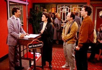 James Hong,Jerry Seinfeld, Julia Louis-Dreyfus e Jason Alexander in una scena dell'episodio The Chinese Restaurant di Seinfeld
