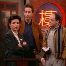 Jerry Seinfeld, Julia Louis-Dreyfus e Jason Alexander in una scena dell'episodio The Chinese Restaurant di Seinfeld