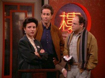 Jerry Seinfeld, Julia Louis-Dreyfus e Jason Alexander in una scena dell'episodio The Chinese Restaurant di Seinfeld