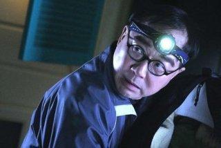 Michael Hui in una scena di Rob-B-Hood
