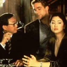 Michael Hui, Jeremy Irons e Gong Li in una scena di Chienese Box