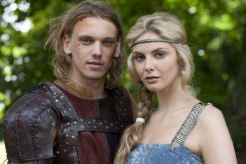 Tamsin Egerton e Jamie Campbell Bower in una scena di Camelot