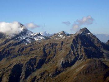 Un'immagine delle cime alpine dal film La misura del confine