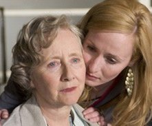 Gemma Jones e Genevieve O'Reilly in una scena di Forget Me Not