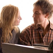 Genevieve O'Reilly e Tobias Menzies in una scena del film Forget Me Not