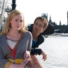 Genevieve O'Reilly e Tobias Menzies nel film Forget Me Not