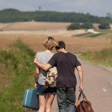 Pauline Lefevre e Nicolas Giraud di spalle nel film Voir la mer