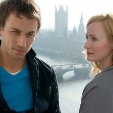 Tobias Menzies e Genevieve O'Reilly in una immagine del film Forget Me Not