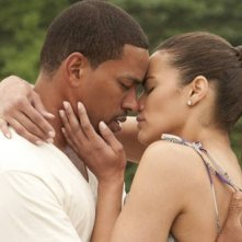 Paula Patton e Laz Alonso in una romantica immagine del film Jumping the Broom