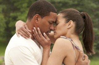 Paula Patton e Laz Alonso in una romantica immagine del film Jumping the Broom