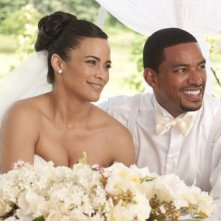 Paula Patton e Laz Alonso nel film Jumping the Broom