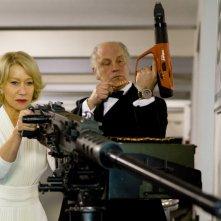 Bruce Willis ed Helen Mirren in una scena del film Red