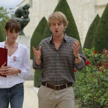 Carla Bruni e Owen Wilson in una scena del film Midnight in Paris