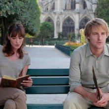 Carla Bruni e Owen Wilson in una scena di Midnight in Paris
