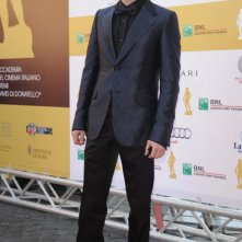 David 2011: Elio Germano in smoking in seta con giacca jacquard blu notte, camicia in raso di seta nera, papillon nero e scarpe in vernice nera. Collezione GUCCI Primavera-Estate 2011