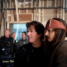 Johnny Depp econ il regista Rob Marshall sul set di Pirati dei Caraibi: Oltre i confini del mare