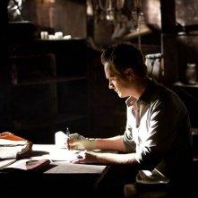 John Gilbert (David Anders) scrive una lettera nell'episodio The Sun Also Rises di Vampire Diaries