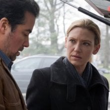 Kevin Corrigan ed Anna Torv in un momento dell'episodio The Last Sam Weiss di Fringe