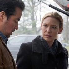 Kevin Corrigan ed Anna Torv in un momento dell'episodio The Last Sam Weiss di Fringe